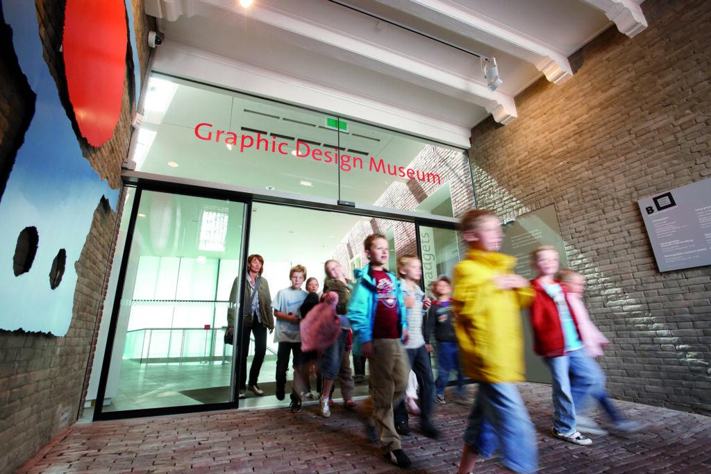 GEZE Slimdrive SL im Eingangsbereich des Graphic Design Museums in Breda, NL