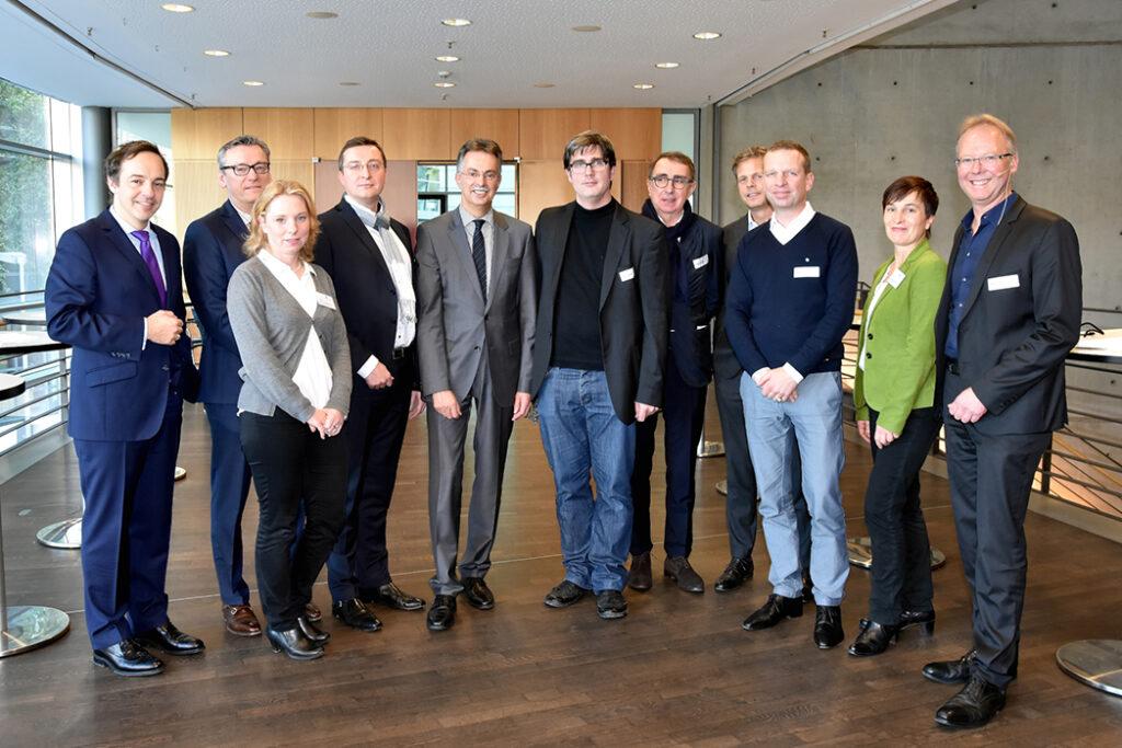 (v. l.): Dr. Florian Hartmann (Geschäftsführer AKNW), Kaj Faust (VHV Versicherungen), Inga Stein-Barthelmes (NAX), Marius A. Ryrko (Gerber Architekten), Ernst Uhing (Präsident AKNW), Prof. Dr. Bert Bielefeld (bertbielefeld architekten u. ingenieure), Zbigniew Pszczulny (SOP), Erasmus Eller (Eller + Eller), Werner Sübai (HPP), Claudia Sanders (NAX) und Christof Rose (Pressesprecher AKNW, Moderation)