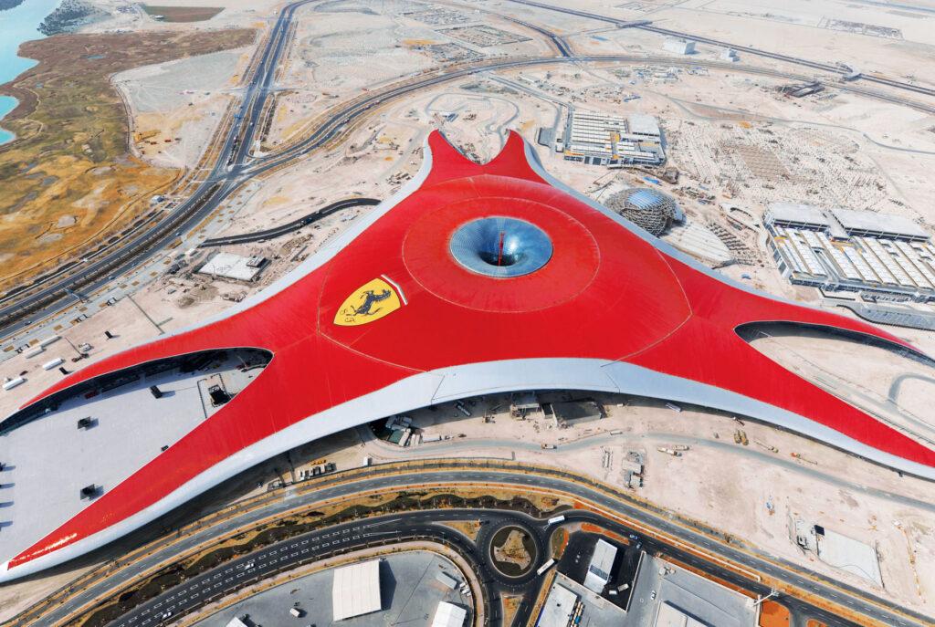"""Ferrari World: Mehr als 200.000 m2 Dachfläche, 1,4 Kilometer Entfernung zwischen den """"Flügeln"""" und als zentraler """"Lichtfänger"""" ein mehr als 100 Meter breiter Funnel aus individuell beschichtetem ipasol Sonnenschutzglas."""