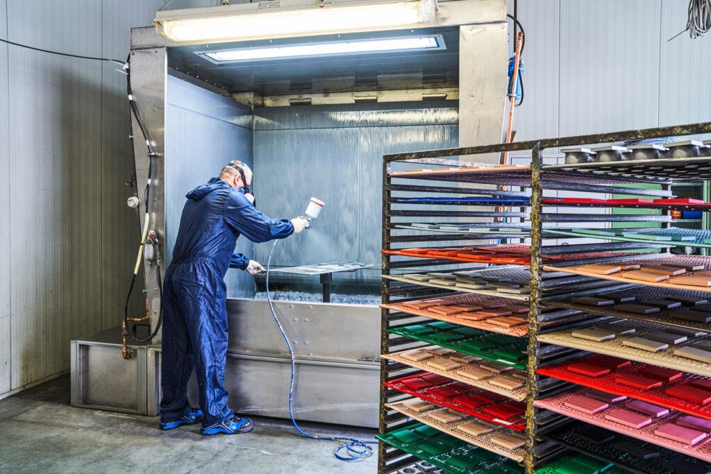 JUNG – Detaillierte Handarbeit für beeindruckende Farbtiefe in den 63 originalen Farben Les Couleurs® Le Corbusier