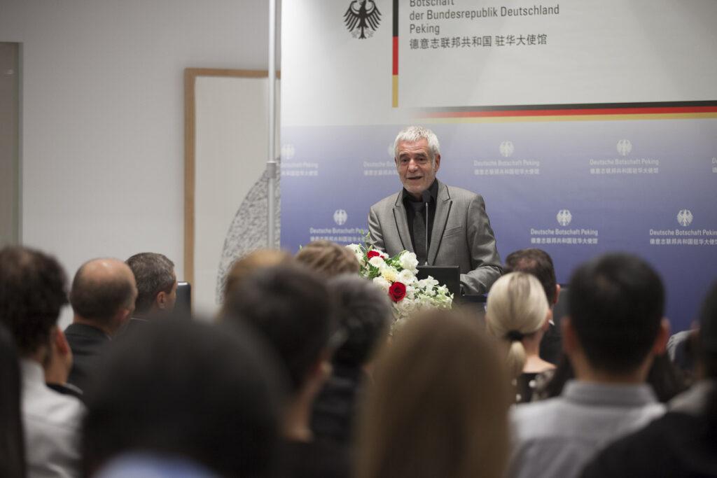 Prof. Ralf Niebergall spricht in der Deutschen Botschaft in Peking