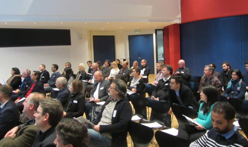Architektenkammer-Präsident Markus Müller begrüßt die Teilnehmer
