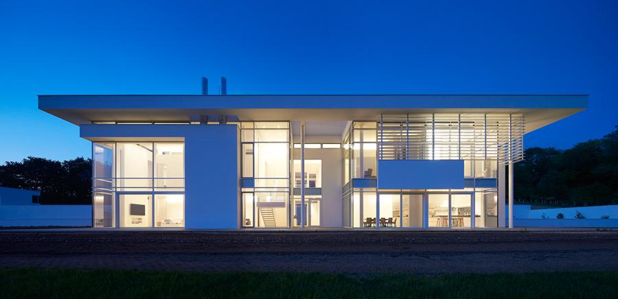 Eine über die gesamte Höhe vorgehängte Verglasung sowie die Schiebetüren lassen eine spektakuläre Hauptfassade entstehen.