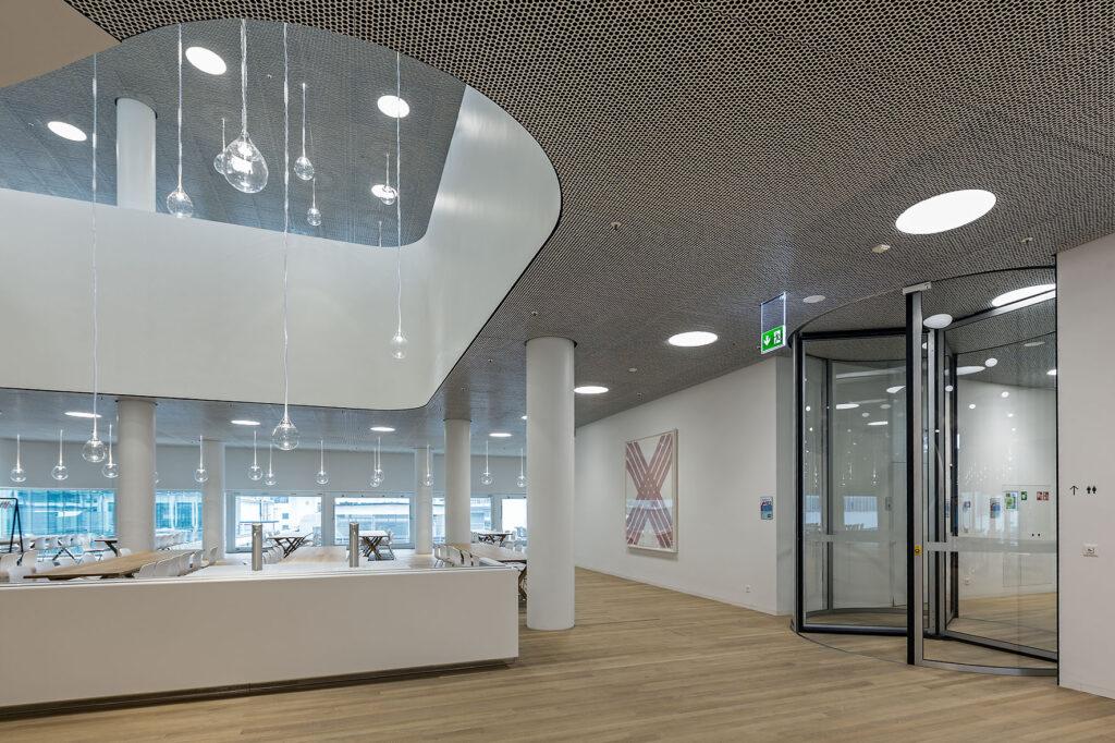 Vollautomatische Karusselltürsysteme von GEZE im Headquarter des Pharmakonzerns Hoffmann-La Roche  in Basel, entworfen von Herzog & de Meuron