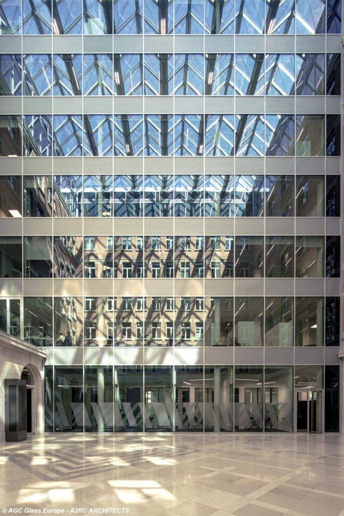 Die Dreifach-Isolierglasfassade des AXA Headquarters in Brüssel ist ausgestattet mit ipasol neutral 70/37 Sonnenschutz-, iplus top Wärmedämm- und Stratobel Sicherheitsglas.