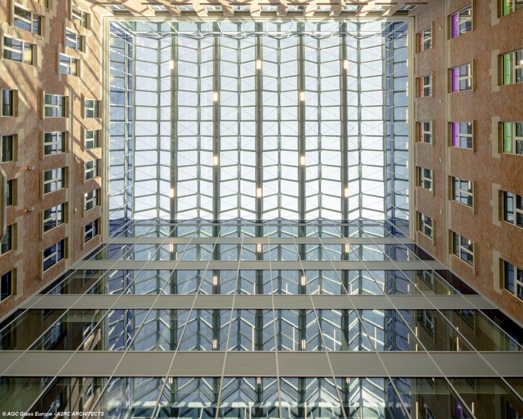 Sonnenschutzglas ipasol neutral 70/37 sorgt für hohe Neutralität und maximale Transparenz, schützt aber gleichzeitig effektiv vor der Überhitzung der Räume durch wärmende Sonneneinstrahlung.