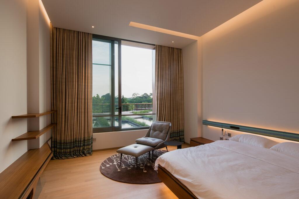 Einer der zahlreichen Schlaf-/Gästeräume, die in Farbe, Materialität und Ausstattung betont schlicht gehalten sind (Schüco ASS 50.NI).