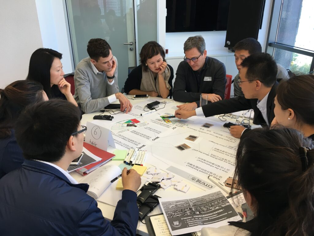 Angeregte Diskussion in der Gruppenarbeit über die stadtplanerischen Strategien für Daqiu Village, Tianjin