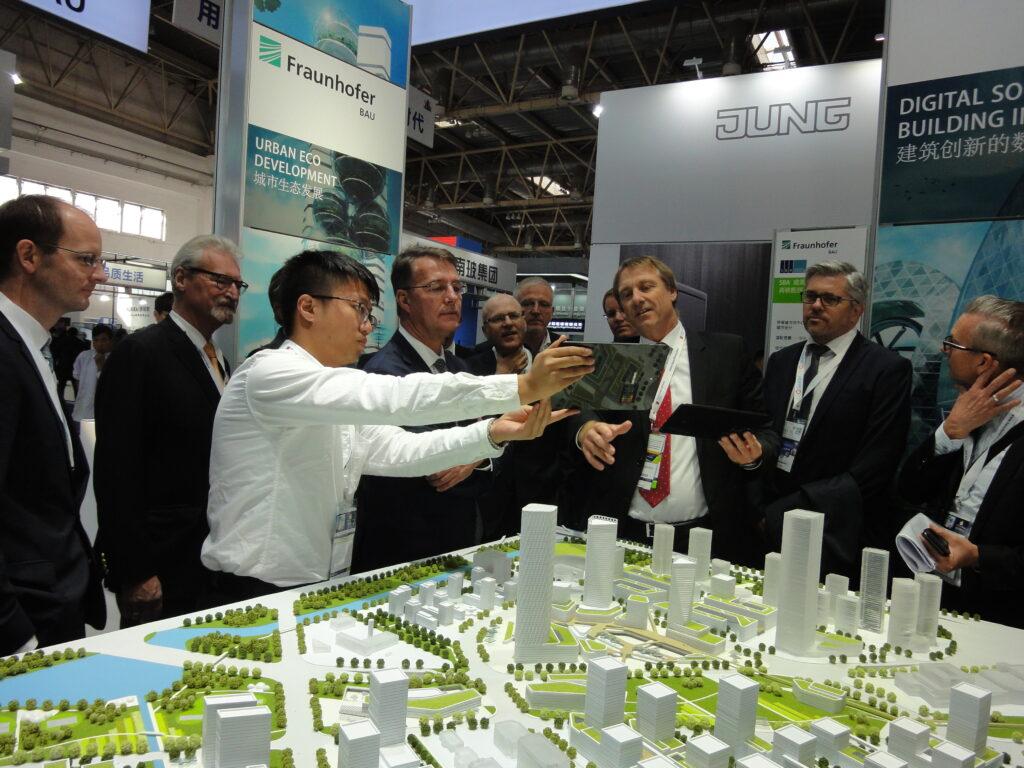 SBA und Fraunhofer IBP präsentieren Sts Gunther Adler ein interaktives Stadtmodell auf der Fenestration BAU in Peking