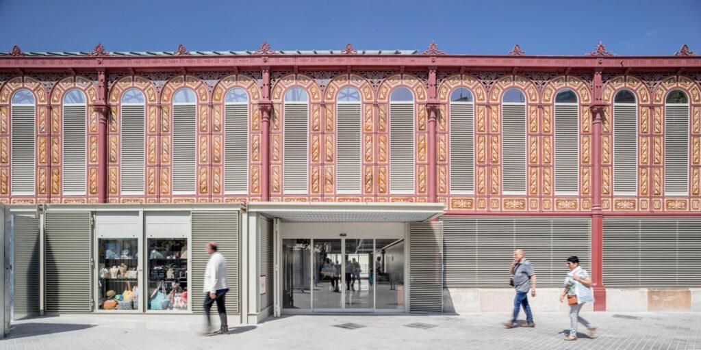 Die Markthalle Nou Mercat de Sant Antoni in Barcelona. Fassadeneingänge mit robusten automatischen Schiebetürsystemen mit feinen Profilen von GEZE