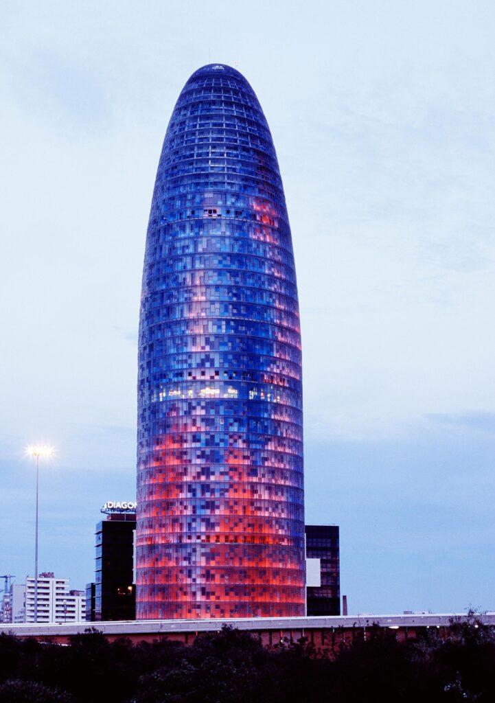 Der Bürokomplex La Torre Agbar in Barcelona. GEZE Iberia ergänzte die Glasarchitektur mit automatischen Schiebetüren mit nicht sichtbarer Antriebstechnik.