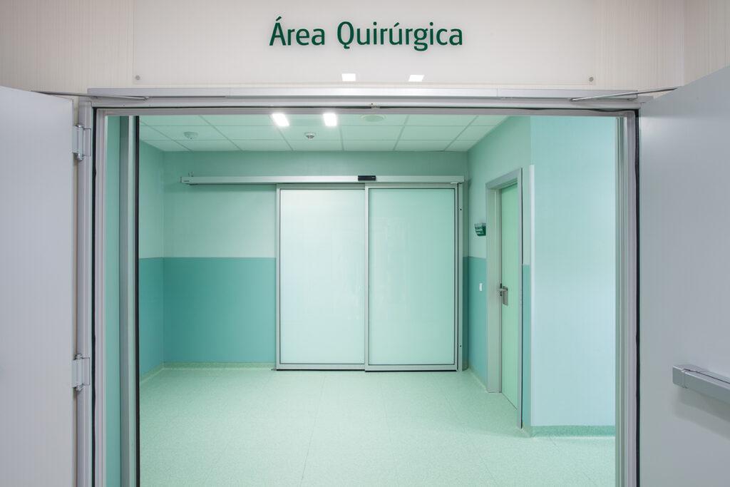 Automatische Schiebetürsysteme von GEZE im Hospital Puerta del Sur in Madrid:  An den Eingängen und als luftdichte und hermetisch schließende Ausführungen in sensiblen Klinikbereichen