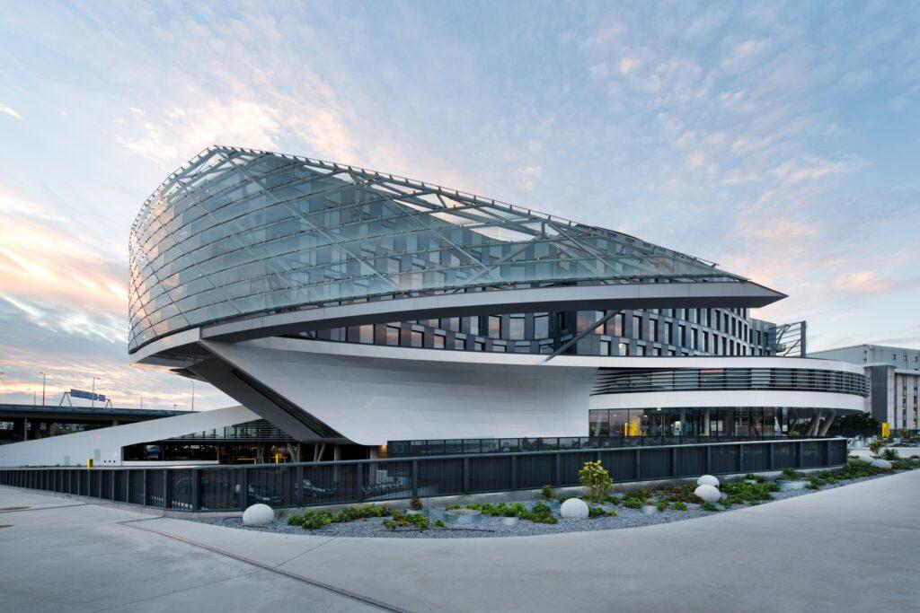 Automatisierte Karusselltürsysteme von GEZE im ÖAMTC in Wien-Erdberg. Mit seiner Objektkompetenz schuf GEZE Austria in Zusammenarbeit mit allen Baubeteiligten maßgeschneiderte Sicherheits- und Komfortlösungen für Türen und Fenster.