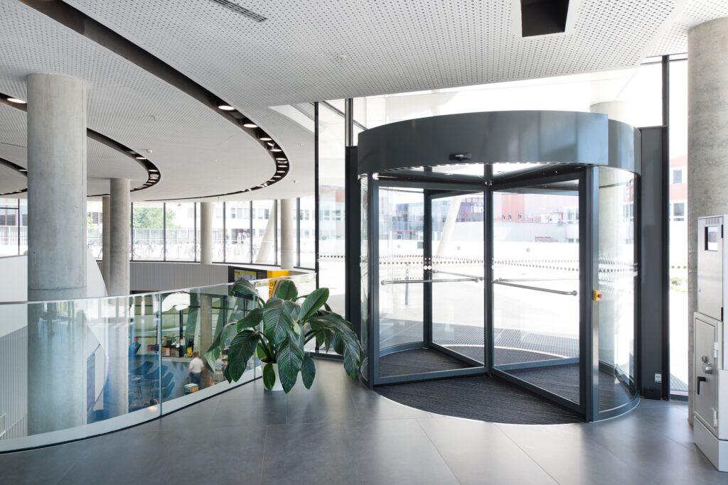 Automatisierte Karusselltürsysteme von GEZE im ÖAMTC in Wien-Erdberg. Mit seiner Objektkompetenz schuf GEZE Austria in Zusammenarbeit mit allen Baubeteiligten maßgeschneiderte Sicherheits- und Komfortlösungen für Türen und Fenster