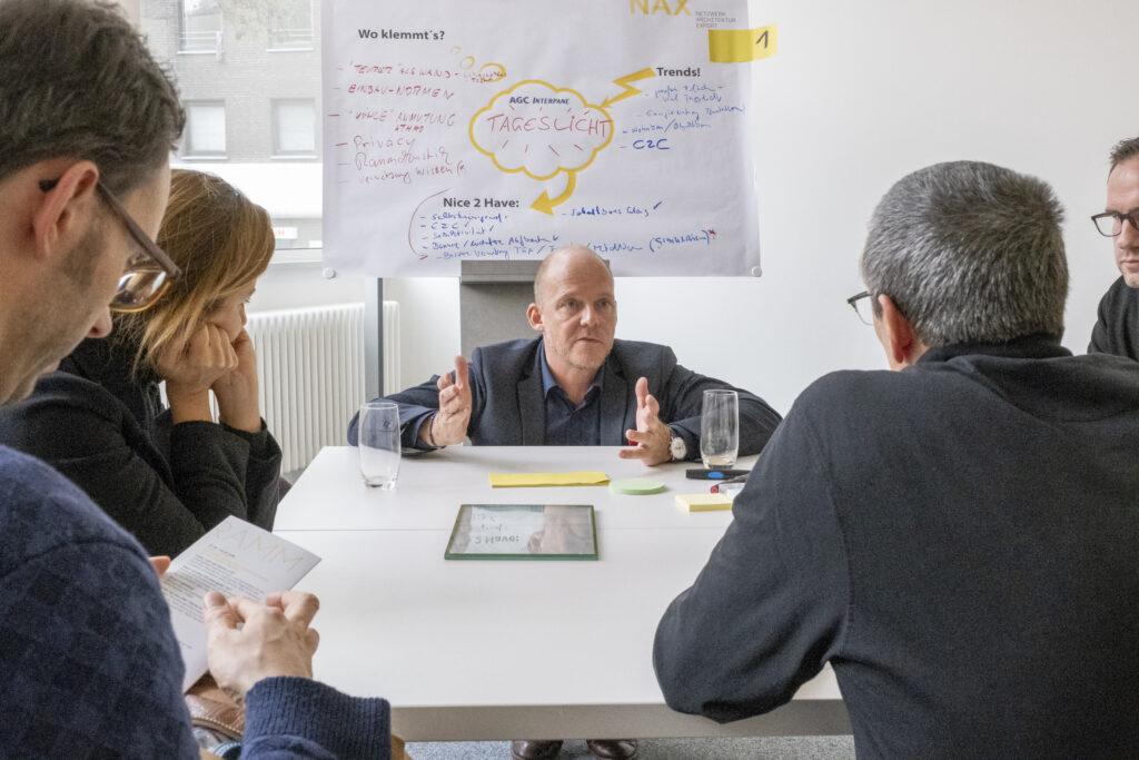 Marc Everling von AGC Interpane im Gespräch mit den Architekten