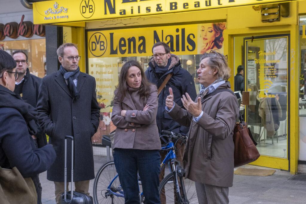 Prof. Dr. Gerdum Enders, Zeichenforscher, führt die Teilnehmer durch Dortmund
