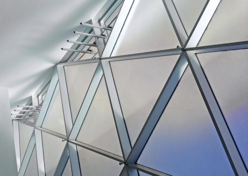 Komfortable Lüftungstechnik: GEZE Fensterantriebe sorgen für natürliche Lüftung und RWA.