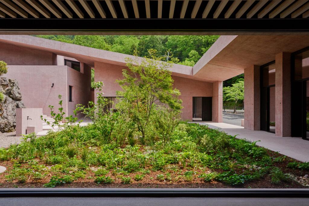 Die Färbung des Materials verleiht dem Bauwerk eine naturhafte Anmutung und lässt die Anlage sanft mit dem Kontext verschmelzen.