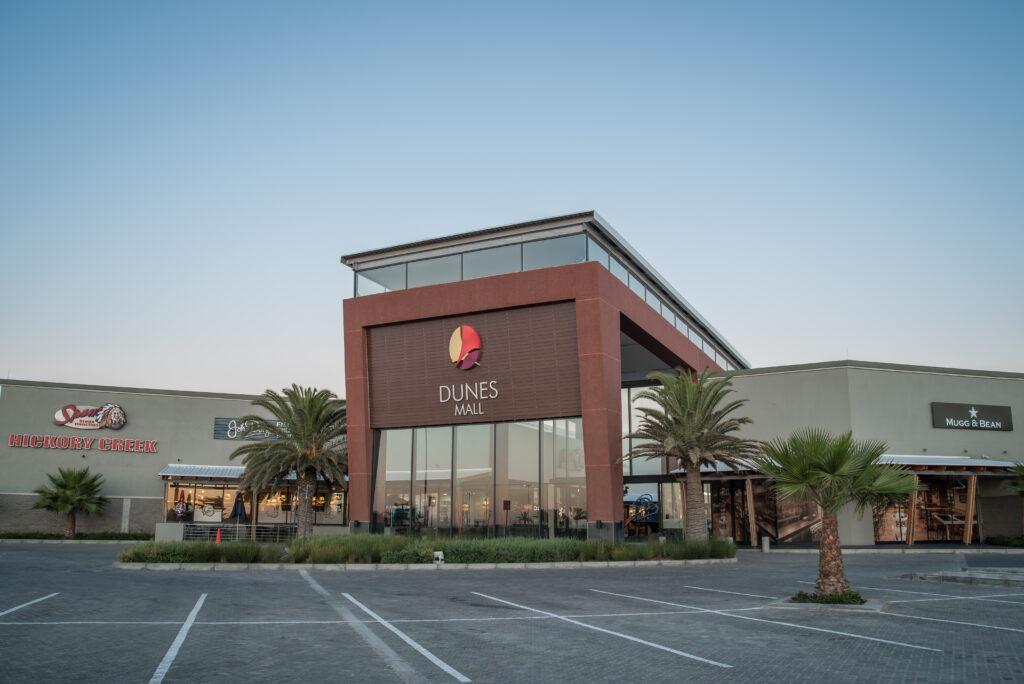 Ein modernes Shoppingcenter zwischen Küste und Wüste: Die Dunes Mall in Namibia.
