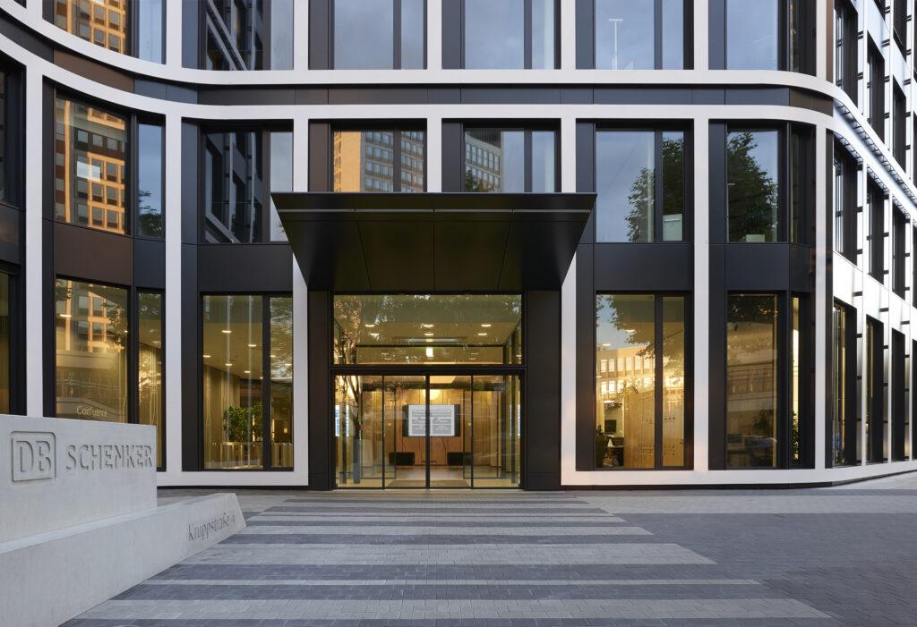 Vertikale und horizontale Gliederung durch weißes Fassadenband
