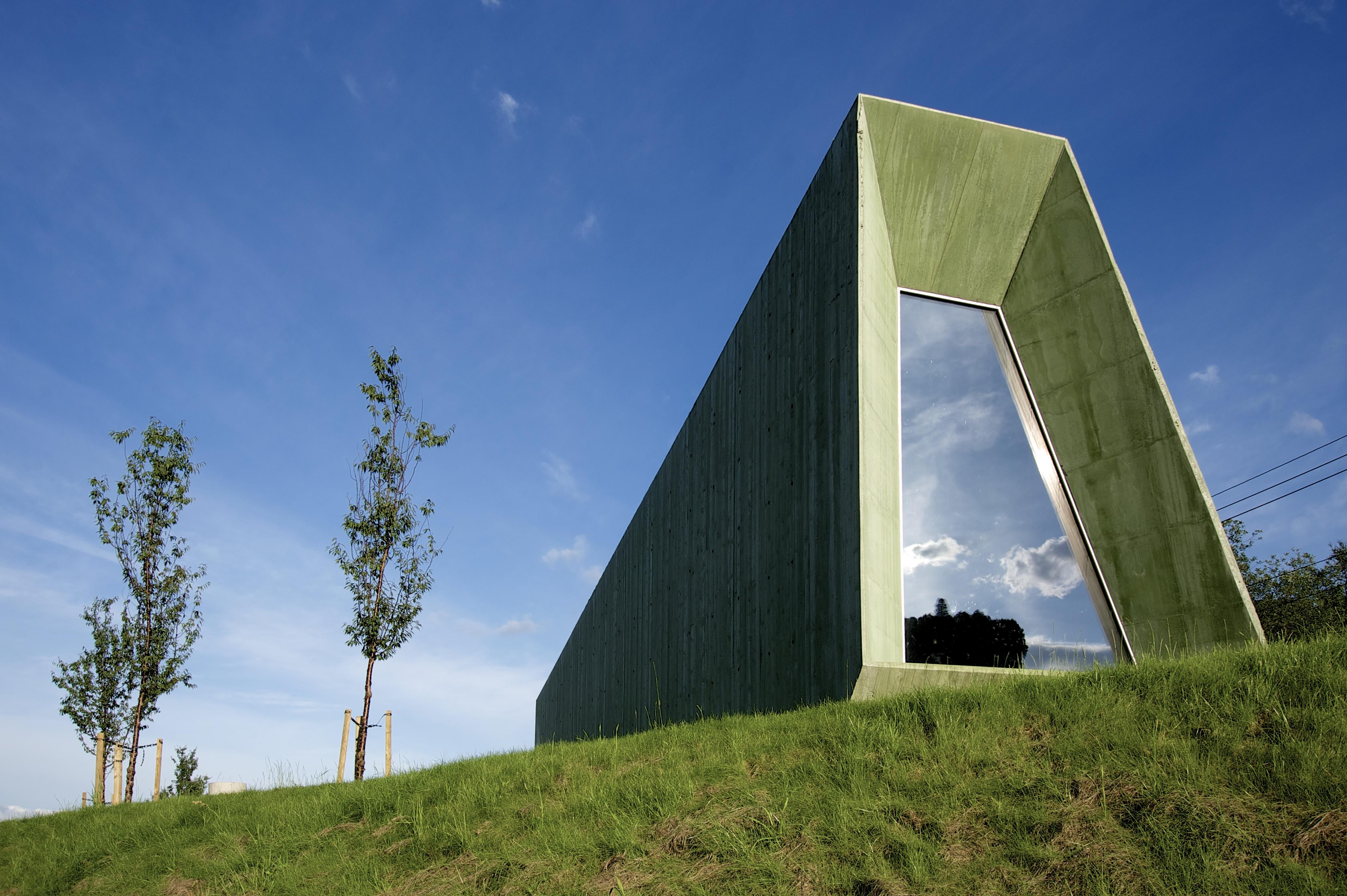 In grüner Natur: Servicegebäude aus grün eingefärbtem Beton am Steinsdalsfossen-Wasserfall in Norwegen