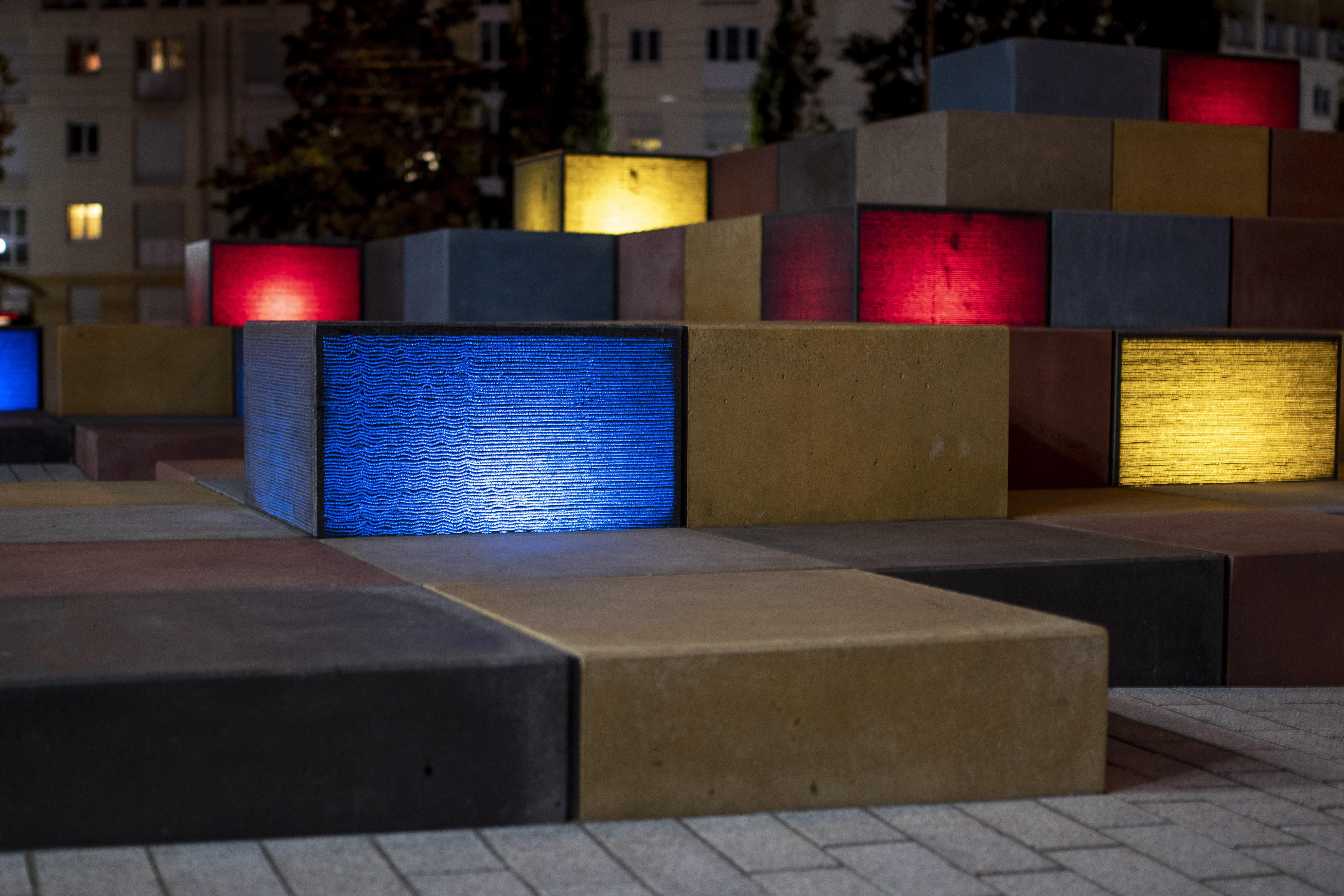 Reminiszenz an Amerika – Urban Star-Skulptur aus farbigen und beleuchtete Betonkuben in Augsburg