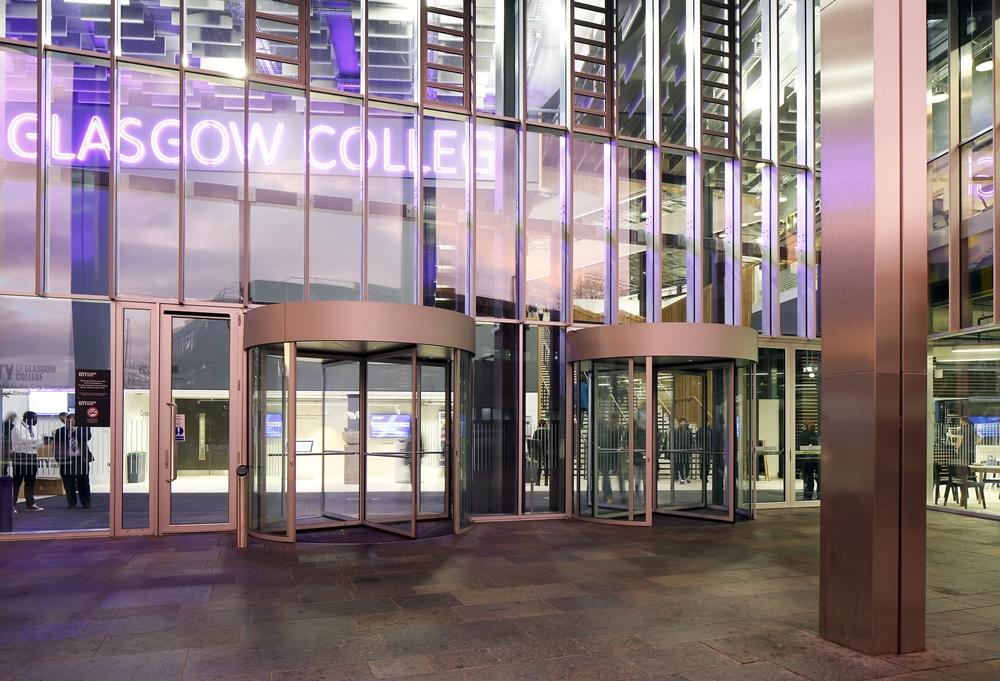 Foyer des City of Glasgow College: Manuelle Karusselltürsysteme und barrierefreie automatische Slimdrive EMD-Drehtürsysteme von GEZE