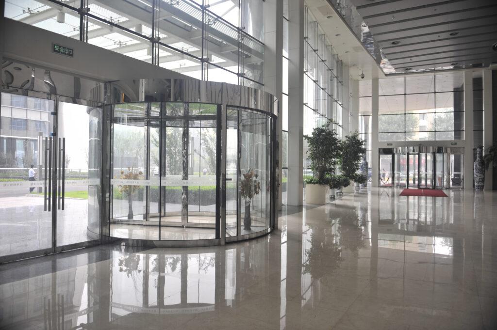 Hotellobbys: Begehkomfort und ästhetische Durchgängigkeit der Glasfassade mit automatischen Karusselltüren